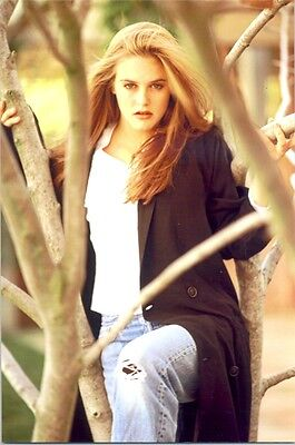 Alicia Silverstone - In Jeans, In The Trees With An Attitude !!!!