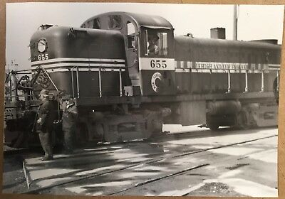 2 Real vintage photos Lehigh & New England 655 engine Bethlehem Crossing  NR