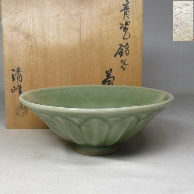 C609: Japanese blue porcelain tea bowl of good tone by Seiho with box
