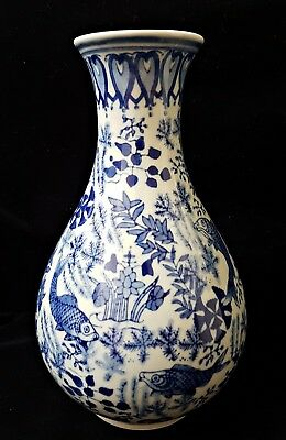 Blue and white Fish Chinese Vase Da Qing Qianlong Mark 20th Century
