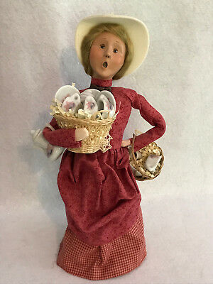 2000 Byer's Choice The Carolers Cries Of London Lady Vendor Selling China Tea