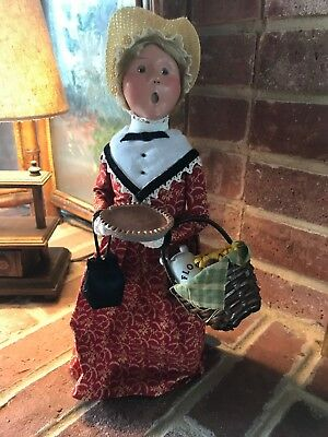 Byers' Choice Harvest Woman with Shopping Basket, Purse and Pumpkin Pie 2009