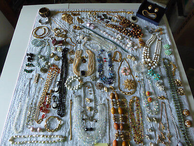Enormous LOT of mixed Vintage and Retro Jewelry - j20