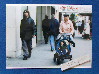 "Original Press Photo - 8""x6"" - The Stone Roses - Ian Brown & family - 2001 - B"