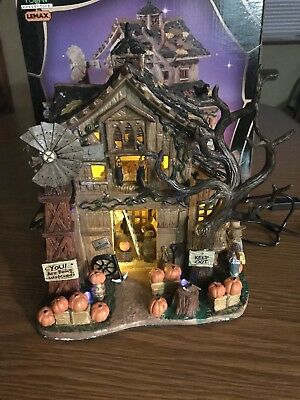 LEMAX Spooky Town retired Creepy Barn released 2005 with box and adaptor