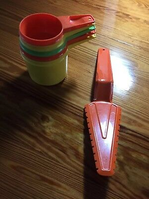 Set Of 5 Tupperware Measuring Cups And A Pie Server