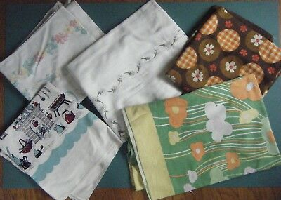 5 Vintage Printed Tablecloths Cutters