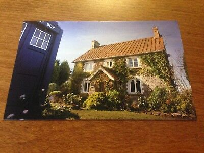 Postcard Dr Who in Front of the TARDIS Verzamelingen Amerika P131x