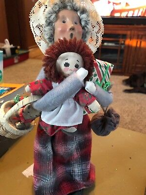Byers Choice Caroler Woman With Presents 1996