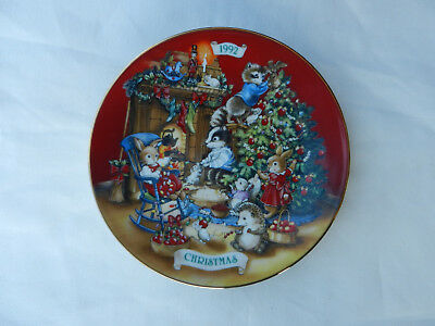 """Avon Fine Collectibles 1992 """"Sharing Christmas w/Friends"""" Plate"""