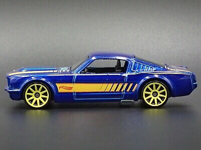 1965 Ford Mustang 2+2 Fastback Rare 1:64 Echelle Diorama