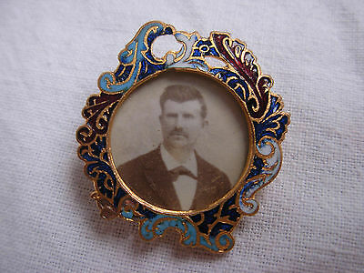 ANTIQUE FRENCH ENAMELED GILT METAL PHOTO FRAME BROOCH,LATE 19th CENTURY.
