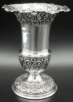 SOLID SILVER REPOUSSE VASE BY FENTONS OF SHEFFIELD 1901 ~ 13.5 cm TALL & 136 g