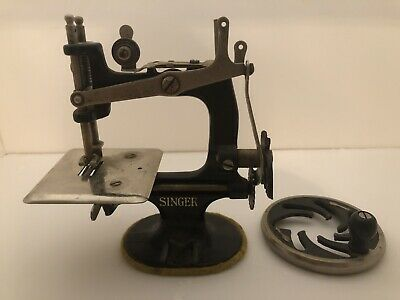 Vtg SINGER Manfg Co Small Hand Crank Child's TOY SEWING MACHINE Needs Repairs