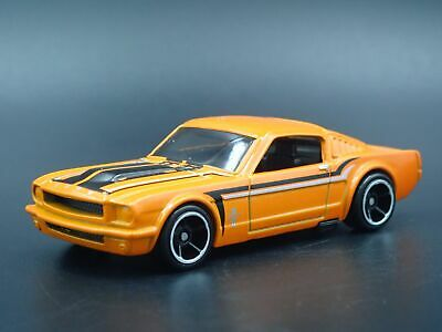 1965 Ford Mustang Fastback 2+2 Rare 1:64 Echelle Diorama