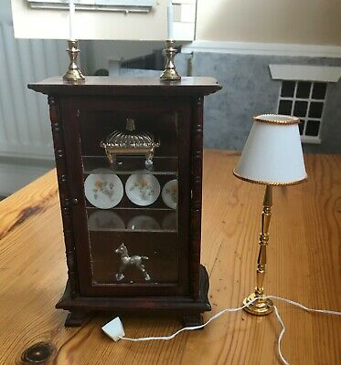 Dolls house miniatures, display cabinet with ornaments and lamp, 1/12