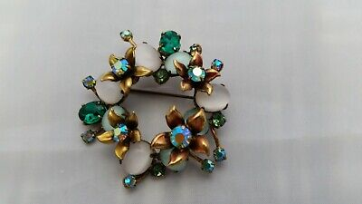 BEAUTIFUL Vintage Gold Tone Flower Wreath Motif Stone BROOCH. A Must See!