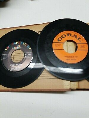 VINTAGE DOUBLE 45 rpm RECORD CARRYING CASE + BEATLES KISS