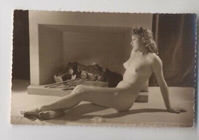 PIN-UP - Femme nue près de la cheminée - Carte Photo - Animée - Pin Up