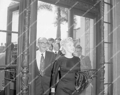 4x5-1334 Marilyn Monroe and attorneys walking into court 4x5-1334