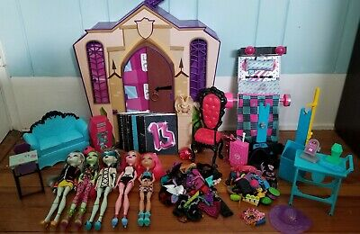 Monster High Furniture & Doll Lot (5 dolls,25+ clothes,30+ accessories and more)