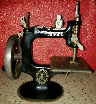 Vintage Singer Model 20 Toy Cast Iron 7-Spoke Hand Crank Sewing Machine