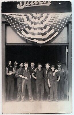 1912 Photo GROUP OF BUICK AUTOMOBILE WORKERS - AMERICAN FLAGS - Autos RPPC RARE