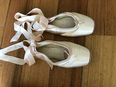 Bloch Sylphide Pointe Shoe, S0133, size 4, barely worn