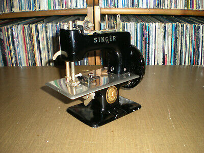 vntg Singer Sewhandy Model 20 Child's Miniature Sewing Machine (grt cond)