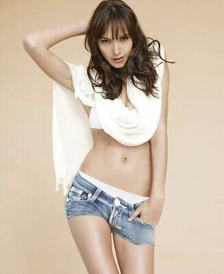 Gal Gadot - Jean Shorts And A Top !!  Sexy Pic !!