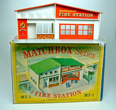 "Matchbox Fire Station MF-1 rotes Dach top in Box mit ""grüner"" Abbildung"