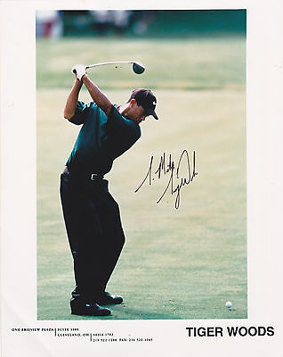 GOLF : Tiger Woods 8by10 Photograph , Autographed 1990s