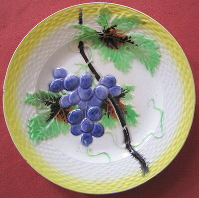 assiette ancienne barbotine Orchies decor raisin