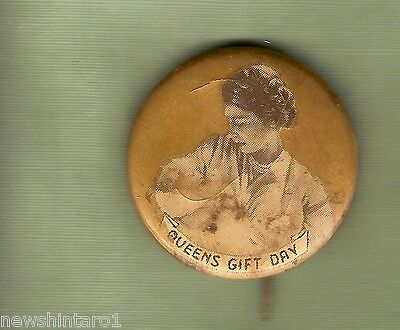 #d38.   Queen Elizabeth Ii  Gift  Day Tin  Badge