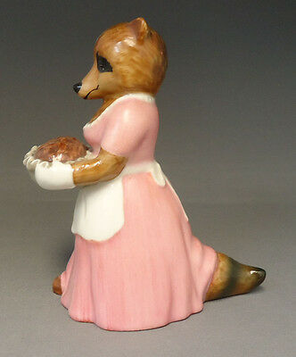 Ringtale Raccoons Figurine By Goebel Germany - Mother Holding The Dinner