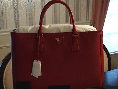 94856eff539a PRADA SAFFIANO LUX Tote Fuoco-Red Large with Gold Hardware ...