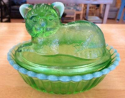 Vintage Westmoreland Apple Opalescent Green Glass Cat Covered Trinket Box Dish