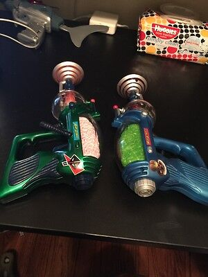 2 VINTAGE PAIR OF MARS ATTACK SPACE Disintegrator GUNS 1996 Topps Co