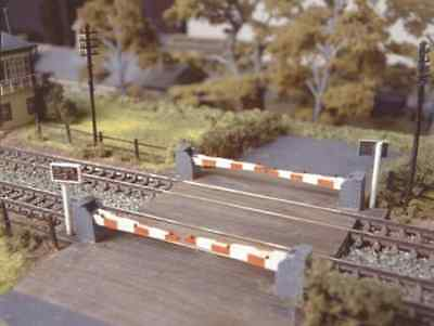 Ratio 235 level Crossing with Barriers Plastic Kit N Gauge