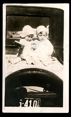 ADORABLE TWIN SISTER GIRLS on TIRE of CAR w TEXAS LICENSE PLATE! 1920s PHOTO!