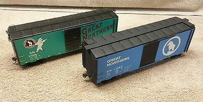 Pair of O Scale Great Northern Box Cars - Sky Blue and Bright Green