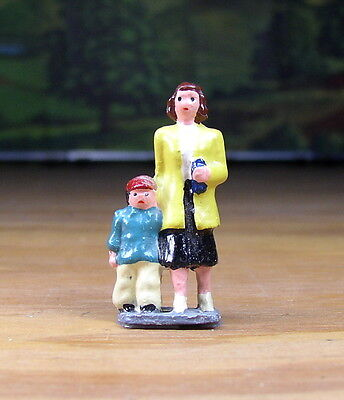 Vintage Mother & Child Passengers, People Metal Figure O / S Scale Train Layout