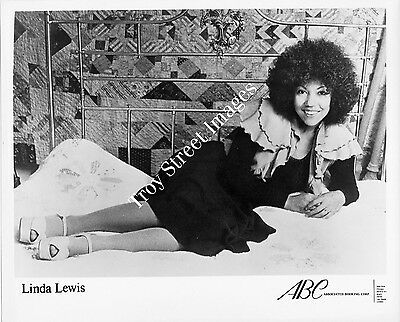 Orig 8x10 promo photo of soul and pop vocalist LINDA LEWIS, early 1970s