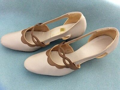 Vintage Women's Aldens Two Tone Beige Shoes Size 7  With 2 Inch Heel