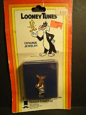 Wile E Coyote Lapel HAt Pin playing Tennis in Package Vintage Looney Tunes