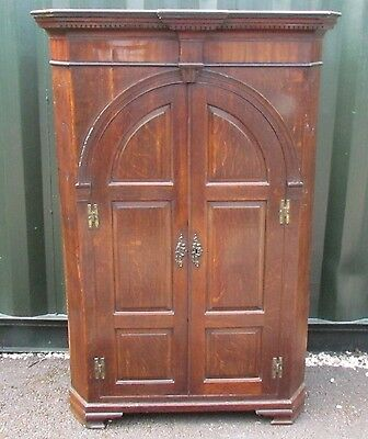 A LARGE FLOOR STANDING MID 18th CENTURY OAK CORNER CUPBOARD WITH ARCHED DOORS.