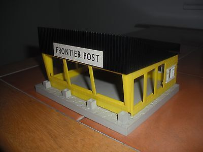 "Triang  Minic  ""Frontier  Post"""