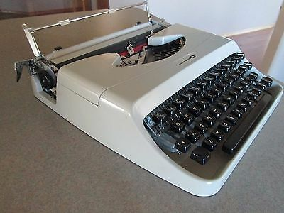 Vintage Underwood 18 Typewirter with Carrying Case Excellent Condition