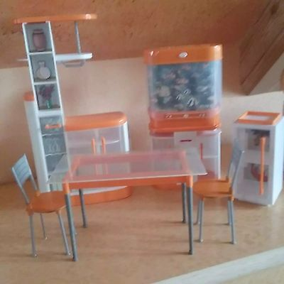 mattel barbie esszimmerschrank tisch 2 st hle aquarium mit sound kleiner schrank eur 15 00. Black Bedroom Furniture Sets. Home Design Ideas