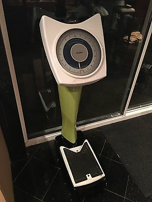 Vintage Avery new 1p weighing upright standing stand on scales green enamel
